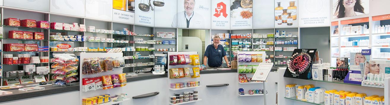 Der Verkaufsraum der Markus Apotheke in Bremen mit dem Apotheker Dr. Just